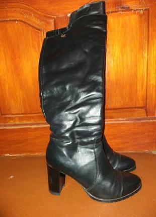 Черные зимние кожаные сапожки на каблуке