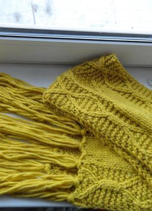 Длинный крупной вязки шарф с кистями