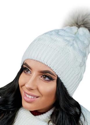 Зимняя демисезонная вязаная женская шапка с помпоном из меха енота