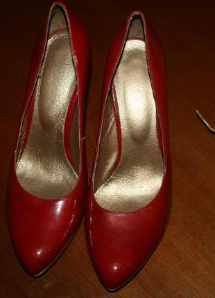 Алые кожаные лаковые туфли на каблуке