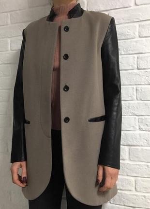 Серое пальто с кожзамовыми рукавами