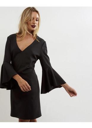 Нарядное строгое платье с расклешенным рукавом, чехол с воланами