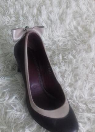 Кожаные туфли с бантиком.