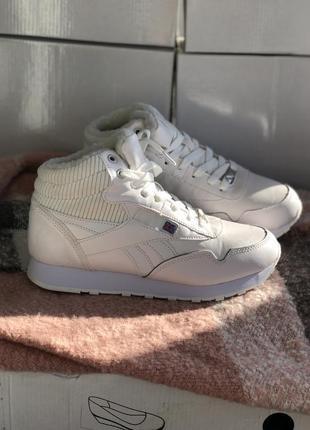 Белые зимние кроссовки с мехом