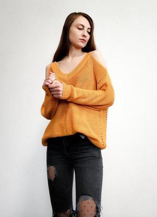 Горчичный свитер с открытыми плечами