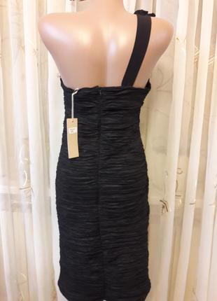 Праздничное жатое платье бюстье с объемными цветами на плече2