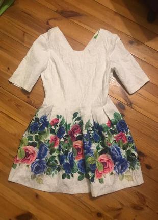 Яркое праздничное платье в белом цвете и с цветами green and county