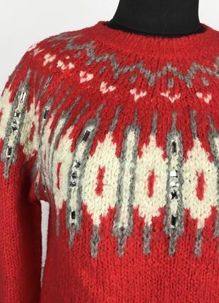 Теплый красный свитер с узором