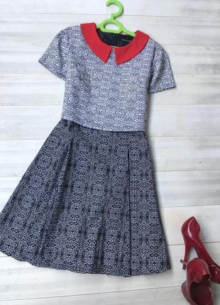 Платье с красным воротничком
