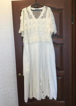 Длинное кружевное платье цвета айвори