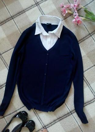 Стильный синий свитер с имитацией белой рубашки