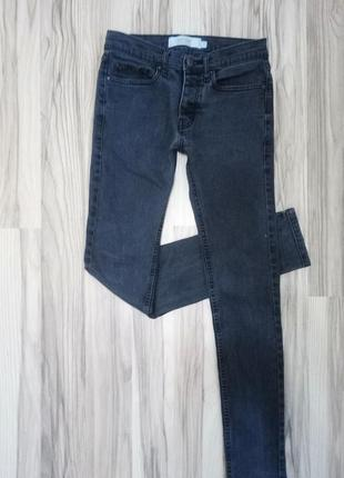 Серые джинсы скинни
