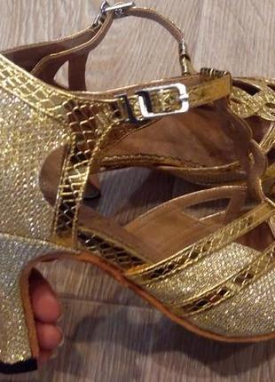 Обувь для бальных танцев 33 р. стелька 22 см.каблук 7 см.