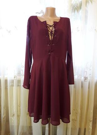 Нарядное бордовое платье со шнуровкой на груди и воздушной юбкой