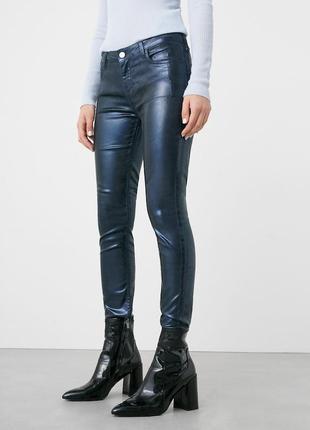 Металлизированные джинсы-скинни mango xs-s