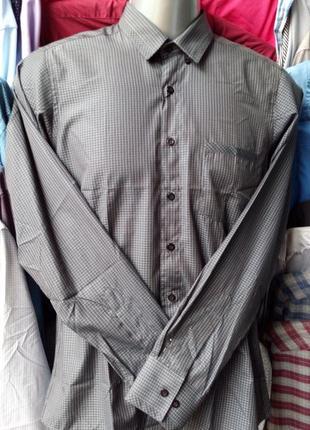 Приталенная рубашка в офисном стиле.
