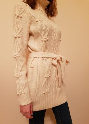 Тёплый свитер крупной вязки.