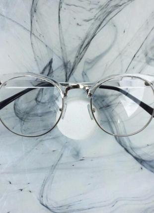 Очки в прозрачной оправе