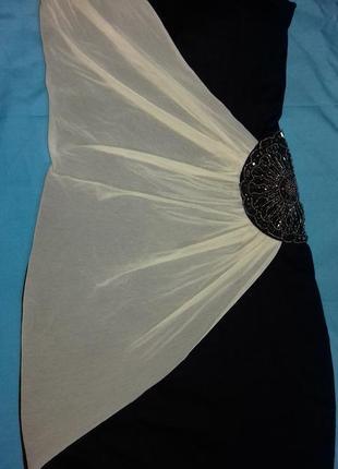 Платье бюстье с украшением на талии и кремовой сеткой.