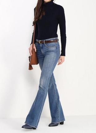 Синие брендовые джинсы расклешенного кроя