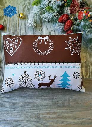 Подушка новогодняя бело-коричневая с оленями прямоугольная