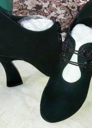 Интересные ботинки с необычным каблуком.