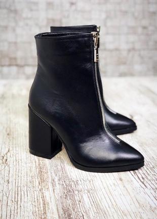 Кожаные зимние ботинки ботильоны с молнией спереди с узким носком на широком каблуке.