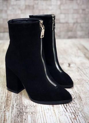 Замшевые зимние ботинки ботильоны с молнией спереди с узким носком на широком каблуке.