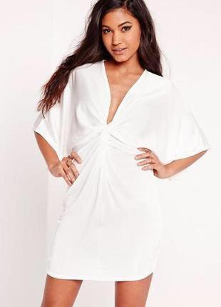 Красивое белое платье с декоративным узлом широким рукавом свободного кроя