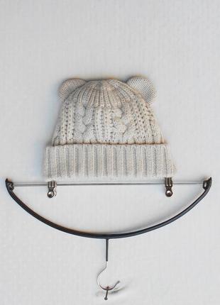 Вязаная зимняя бежевая шапка с ушками