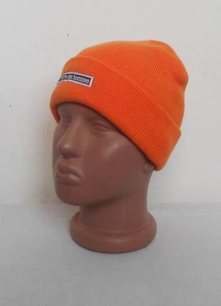 Оранжевая вязаная спортивная шапка