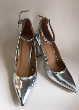 Платиновые туфли лодочки на устойчивом каблуке