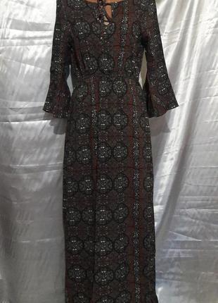 Красивое длинное платье с полуоткрытой спинкой