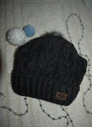 Красивая темная шапка в наличии