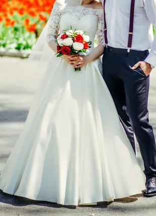 Свадебное платье а-силуэта с атласной юбкой