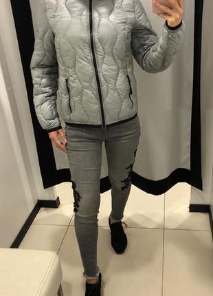 Стеганая серая демисезонная куртка с капюшоном amisu курточка на синтепоне есть размеры1