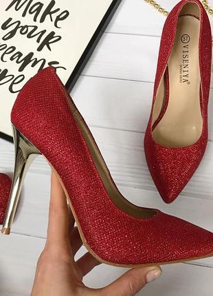 Красные туфли мерцающие и на золотом каблуке1 фото