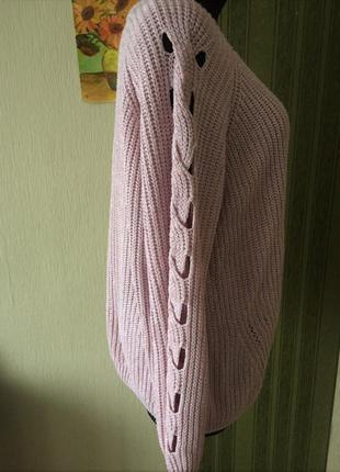 Розовый свитер оверсайз с фигурным вырезом на рукавах2