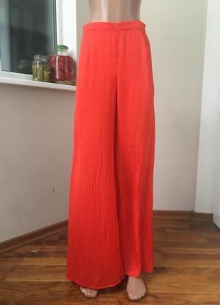 Красные крутые штаны клёшь от бедра