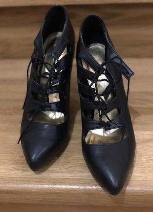 Туфли лодочки чёрные с острым носком и шнуровкой на новый год эко кожа h&m1