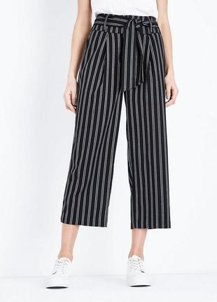 Актуальные трикотажные брюки кюлоты в полоску, полосатые свободные штаны с поясом1 фото
