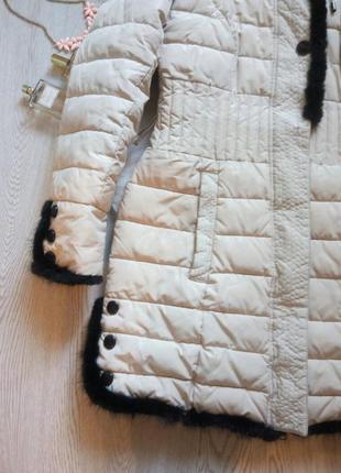 Светлый длинный пуховик зимняя куртка с черным натуральным мехом капюшоном поясом3
