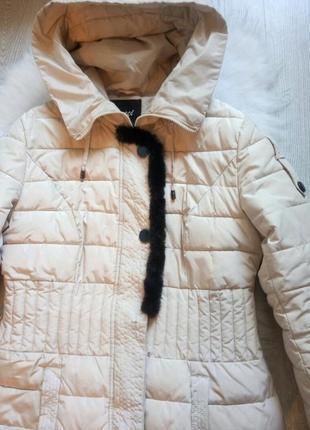 Светлый длинный пуховик зимняя куртка с черным натуральным мехом капюшоном поясом4