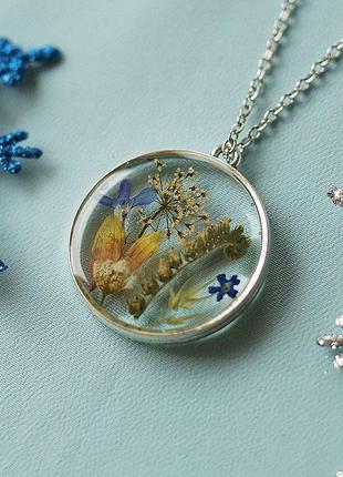 Круглый кулон с цветочной композицией