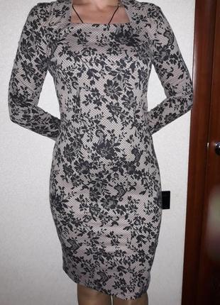 Изящное платье цвета капучино в черн.принт