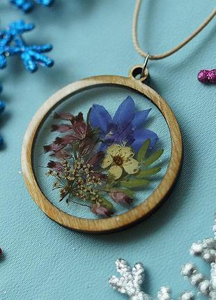 Круглый кулон с цветочной композицией \ рамка из дерева1 фото