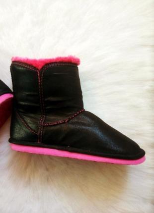 Черные средние высокие угги с густым розовым мехом и бантом под кожзам блестящий4