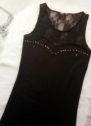 Черное платье с гипюром и серебристыми клепками на декольте в обтяжку по фигуре нарядное2