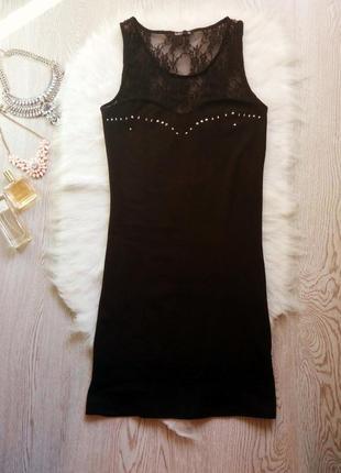 Черное платье с гипюром и серебристыми клепками на декольте в обтяжку по фигуре нарядное1