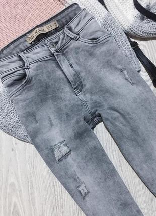 🌿 серые базовые джинсы zara с высокой посадкой молниями и необработанным низом4